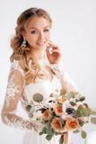 有婚礼花束的年轻可爱的新娘 库存照片