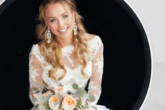 有婚礼花束的年轻可爱的新娘 图库摄影