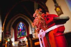有婚礼装饰的天主教会 免版税库存照片