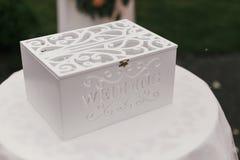 有婚礼词的时髦的白色木箱 现代礼物盒为 库存图片