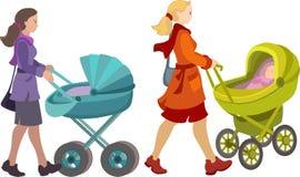 有婴儿车的母亲 免版税库存照片