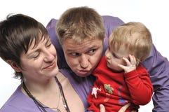有婴孩和蠢事父亲的母亲 库存照片