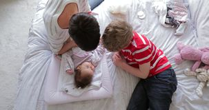 有婴孩的帮助的妈咪 股票视频