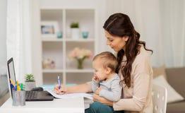 有婴孩的愉快的在家运作母亲和的纸 图库摄影