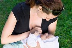 有婴孩的愉快的母亲 库存照片