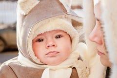 有婴孩的母亲在冬天 免版税图库摄影