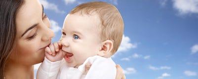 有婴孩的母亲在天空背景 库存照片