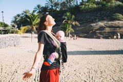 有婴孩的母亲特内里费岛的,西班牙海岸线海洋的 免版税库存照片