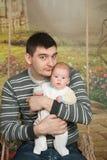 有婴孩的父亲 免版税库存图片