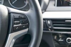 有媒介的现代汽车方向盘控制按钮,汽车内部细节 免版税图库摄影