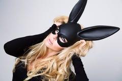 有嫉妒的美丽的性感的妇女与长的睫毛和充分的嘴唇在性感的波尔克 免版税库存图片