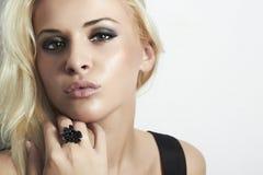 有嫉妒的美丽的白肤金发的妇女。秀丽女孩。圆环 库存照片