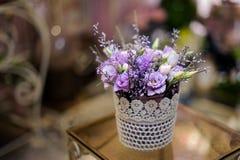 有嫩淡紫色花构成的美丽的白色罐 免版税库存图片