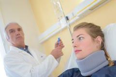 有子宫颈衣领的女性患者在诊所 库存图片