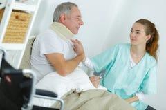 有子宫颈衣领的患者在诊所 库存照片