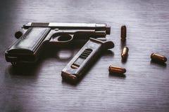 有子弹杂志的贝瑞塔手枪 免版税库存照片