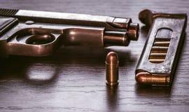 有子弹杂志的贝瑞塔手枪 免版税图库摄影