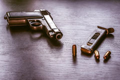 有子弹杂志的贝瑞塔手枪 免版税库存图片