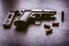 有子弹杂志的贝瑞塔手枪 库存图片