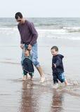 有子项的父亲海滩的 免版税库存图片