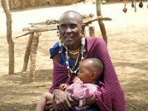 有子项的老马塞人妇女 免版税图库摄影