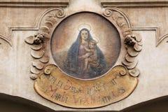 有子项的Madonna 在Mala Strana的议院标志在布拉格 免版税库存照片