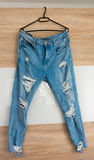 有孔的凉快的牛仔裤 免版税库存照片