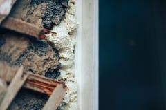 有孔的困厄的墙壁在膏药和木板条 免版税库存照片