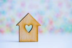 有孔的木房子以心脏的形式在五颜六色的背景的 图库摄影