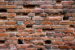 有孔的老损坏的砖墙 免版税库存图片