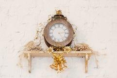 有孔雀的减速火箭的时钟 墙壁 装饰夜间玻璃餐巾餐馆 免版税库存照片