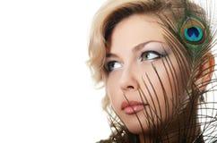 有孔雀的羽毛的美丽的妇女 免版税图库摄影