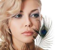 有孔雀的羽毛的美丽的妇女 库存照片