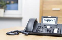 有字的现代电话-在显示的技术支持 免版税库存图片