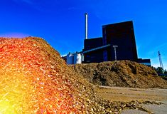 有存贮的生物能源厂木燃料(生物量)反对bl 免版税库存图片