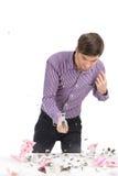 有存钱罐和锤子的年轻人 免版税库存图片