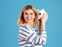 有存钱罐的妇女 免版税图库摄影
