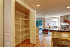 有存贮机架的厨房室 图库摄影
