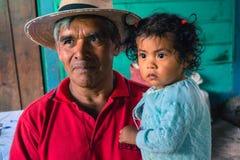 有孙女的危地马拉咖啡农夫 免版税图库摄影