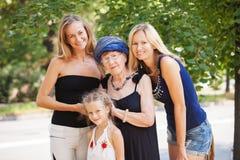 有孙女的老妇人 免版税库存照片