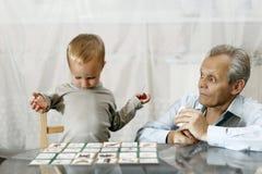 有孙子使用的祖父 库存图片