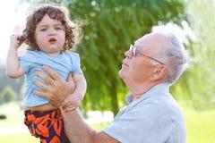 有孙子的愉快的爷爷 免版税库存照片