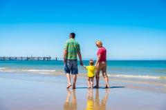 有孙子的祖父母海滩的 库存图片