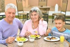 有孙的祖父母早餐的 库存照片