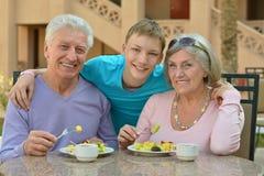 有孙的祖父母早餐的 图库摄影