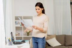 有学会的纸的妇女在家运作或 免版税图库摄影