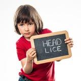 有学校板岩的轻松的美丽的小孩反对头虱 库存图片