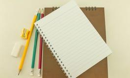 有学校用品的空白的笔记本,葡萄酒 图库摄影