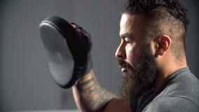 有学生的教练拳击训练的 免版税库存图片