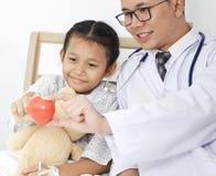 有孩子女孩患者的医生 免版税图库摄影